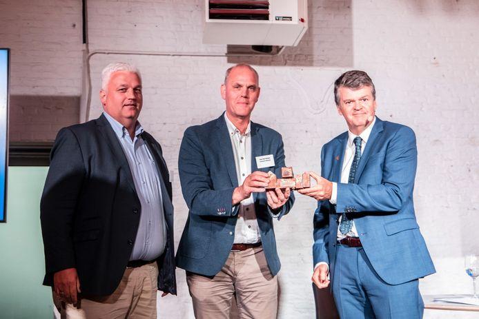 Schepen Filip Verrezen en burgemeester Guy Van Hirtum kregen de award maandagavond uit handen van minister Bart Somers.