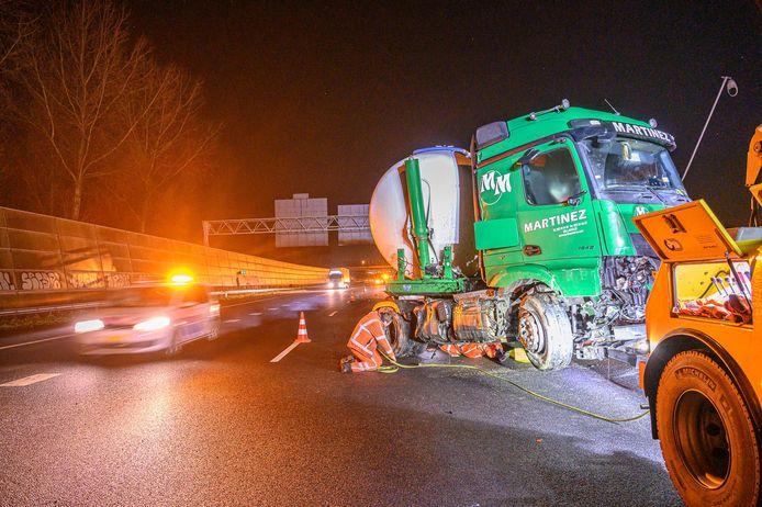 De vrachtwagen staat geschaard op de A16.