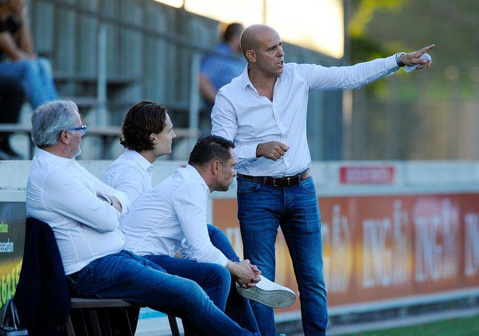 Oranje Wit-trainer Faisal Kadi Wahabi staat niet te juichen over het vijf keer mogen wisselen. ARCHIEFFOTO