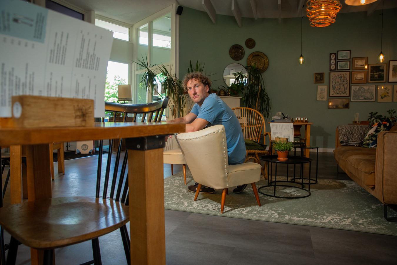 Werner van der Wiel in zijn lege cafe Buur. Het café is dicht vanwege personeel dat besmet is met corona.