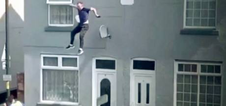 Un homme saute d'un toit pour échapper à la police