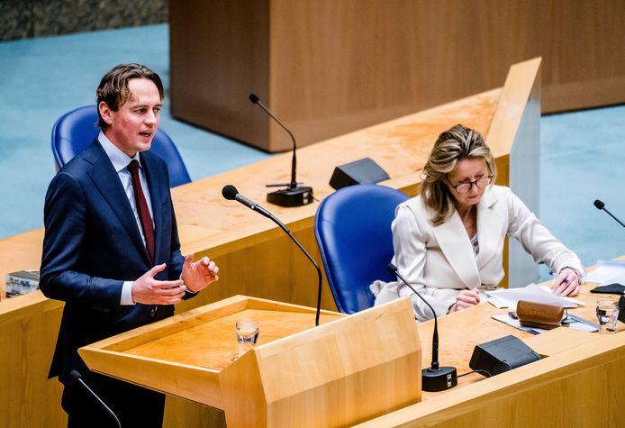 PvdA-Kamerlid Henk Nijboer verdedigt zijn initiatiefwet om de huurprijzen te maximaliseren. Rechts minister van Wonen Kajsa Ollongren (D66).