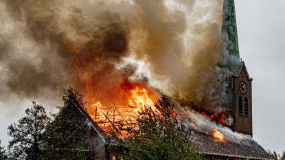 Torenspits van Nederlandse kerk stort in na spectaculaire brand