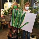 In bloemenwinkel Sas staat het kunstwerk 'vrouwentongen' van Ria Verheyen tentoon.