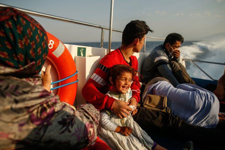 Immigranten aan boord van Turks kustwachtschip, dat hun oppikte in de Egeïsche Zee. Turkije beschuldigt Griekenland van het op grote schaal terugduwen van asielzoekers naar Turkse wateren. Beeld AP