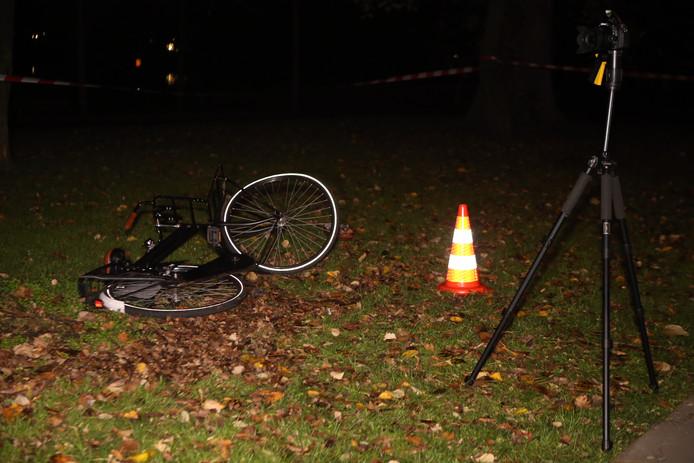Fietser is geschept door een slippende auto in Den Bosch.