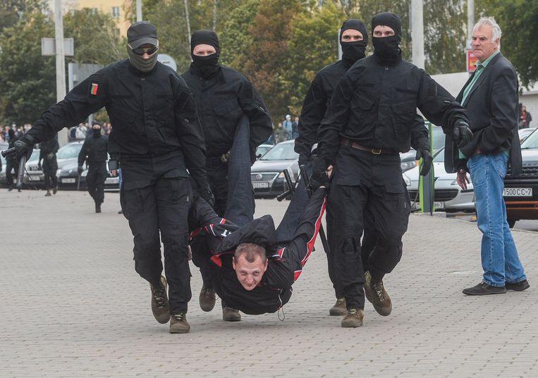 Belarussische agenten voeren een demonstrant af in Minsk, 27 september 2020. Beeld EPA
