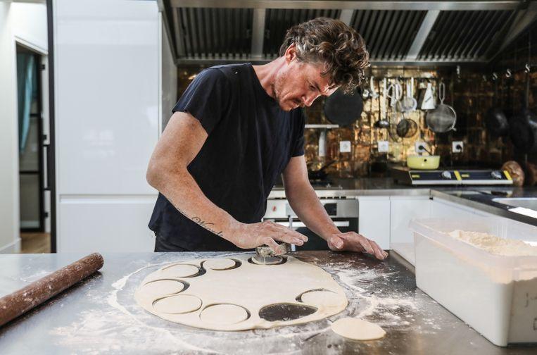 Gilles van der Loo bereidt deeg voor Oekraïns gerecht varenyky. Beeld Eva Plevier