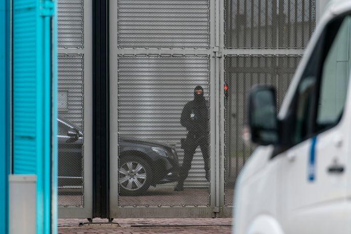 Ook binnen de poort werd de beveiliging ruim een jaar geleden opgeschroefd.