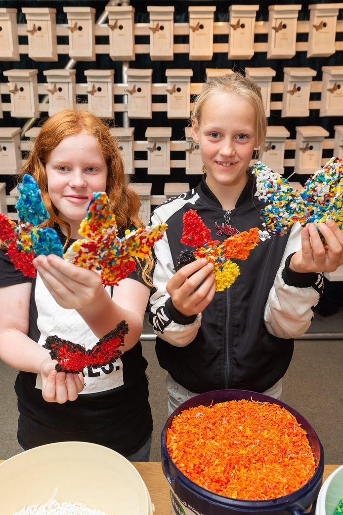 Leerlingen Karel (links) en Anouk met de gemaakte vlinders.