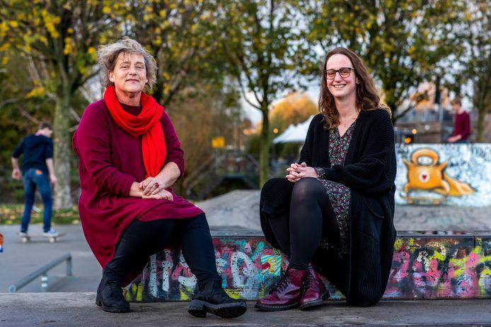 Angèle Verkaaik (docent HU, links op de foto) en Kim van der Berg (buurtteams Utrecht) schreven samen een boek over huiselijk geweld: 'Durf te weten'.