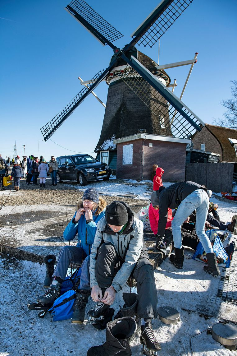 Om zeven uur 's ochtends bij min 9 graden stonden de eerste auto's al bij de Molen. Beeld Guus Dubbelman / de Volkskrant