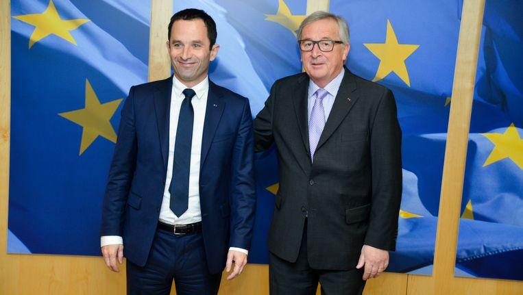 De Franse presidentskandidaat Benoît Hamon samen met de president van de Europese Commissie, Jean-Claude Juncker. Beeld Photo News