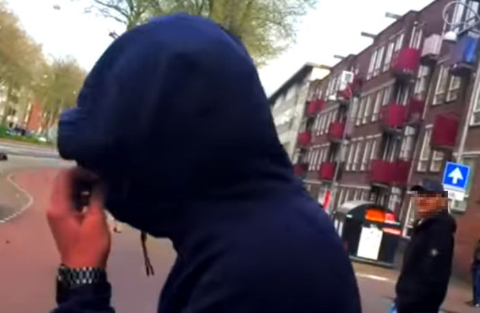 Ilyas verborg zijn gezicht toen hij werd gefilmd.