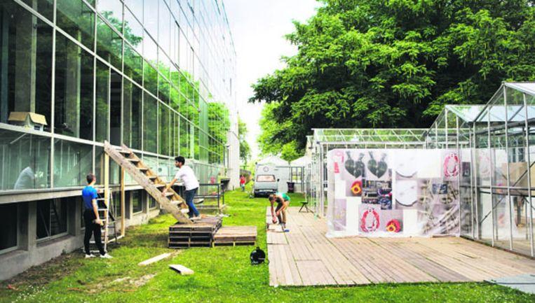 Bij het huidige gebouw van de Gerrit Rietveld Academie wordt een noodvoorziening getroffen om meer ruimte te krijgen. Foto Ruud van Zwet Beeld