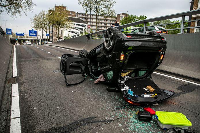 Beeld van weer een crash in de Willemstunnel in Arnhem. De inzittende raakte raakte niet gewond.