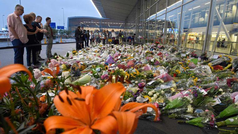 Bloemen bij een geïmproviseerde herdenkplaats bij Schiphol. Beeld afp