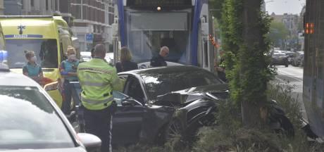 Botsing tussen tram en taxi, traumahelikopter landt in de buurt