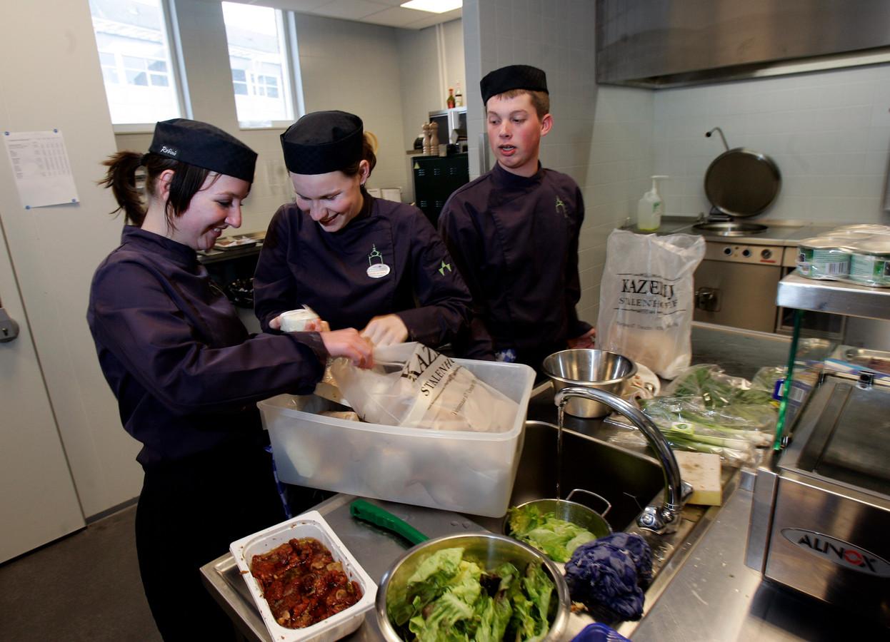 Studenten van Leerhotel Het Klooster, onderdeel van MBO Amersfoort, zijn aan de slag in de keuken.