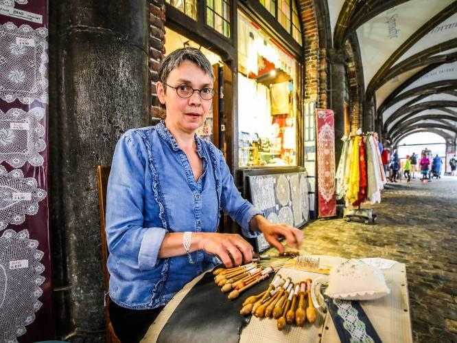 """Souvenirwinkeltjes onder Brugse belfort moeten na 40 jaar weg van stadsbestuur: """"Compleet onverwacht, ik ben er het hart van in"""""""