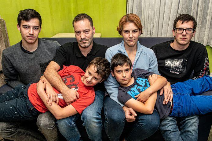 Kenneth Van Watermeulen en Nataschenka De Roo met de kinderen Joachim, Jorden, Jorick en Jochen.