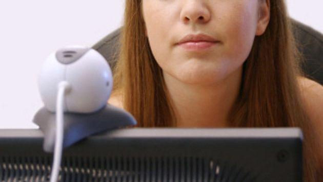 Bijna driehonderd meisjes van tussen de 10 en 17 jaar werden via internet verleid tot het verrichten van seksuele handelingen.