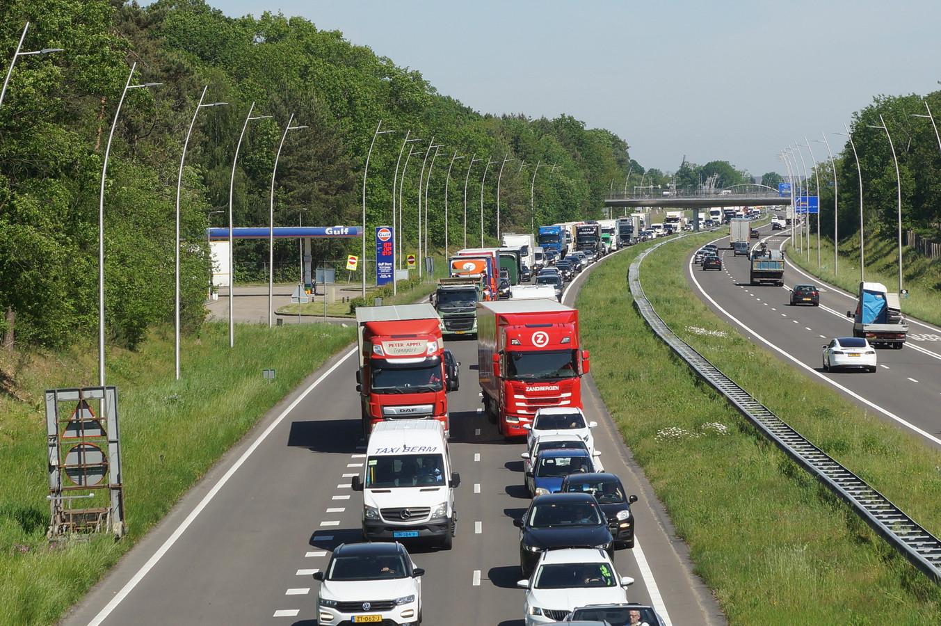 Woensdagochtend stond er file op de N261 bij Kaatsheuvel, veroorzaakt door een gekantelde vrachtwagen en meerdere botsingen. Het is een beeld dat we de laatste tijd weer veel vaker zien in Brabant.