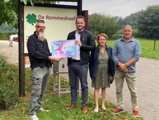 Vlaams Belang schenkt cheque van 1.000 euro aan vzw Rommeshoef