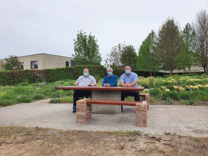 Gemeenteraadslid Stefke Puttemans, burgemeester Jean Pierre Taverniers en schepen Filip Havet aan de picknicktafel.