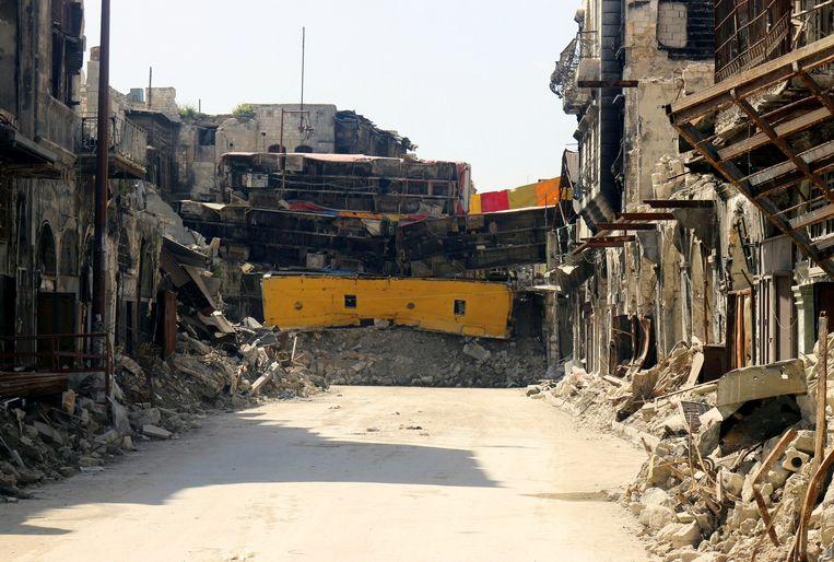 Een barrière van bussen gebouwd door rebellen, april 2015. Beeld reuters