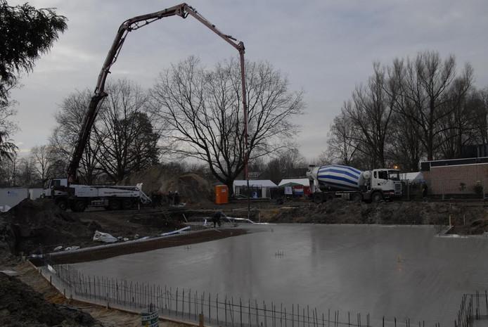 Het fundament voor de nieuwe moskee aan de Evertsenstraat in Veghel is al voor een groot deel gestort.