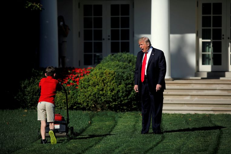 President Donald Trump welcomes 11-year-old Frank Giaccio as he cuts the Rose Garden grass at the White House in Washington, U.S., September 15, 2017.  Beeld REUTERS