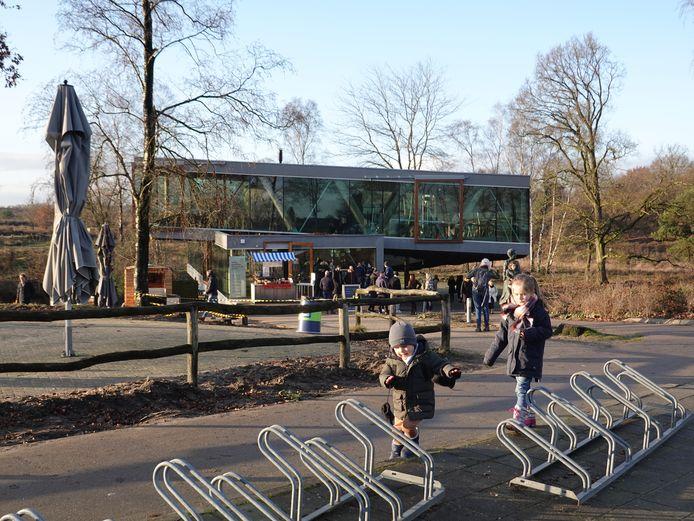 Drukte bij de Posbank in Rheden. Voor Paviljoen de Posbank staat een lange rij.