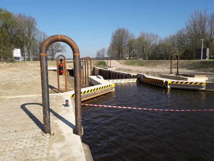 De Vechtvlinder-sluis bij Junne zou eigenlijk al bij het begin van het nieuwe vaarseizoen in april worden geopend, maar moest langer getest worden, voor een veilige zelfbediening.