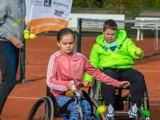 Eerst draaien, dan pas de bal slaan: Roosendaalse kids krijgen lesje rolstoeltennis