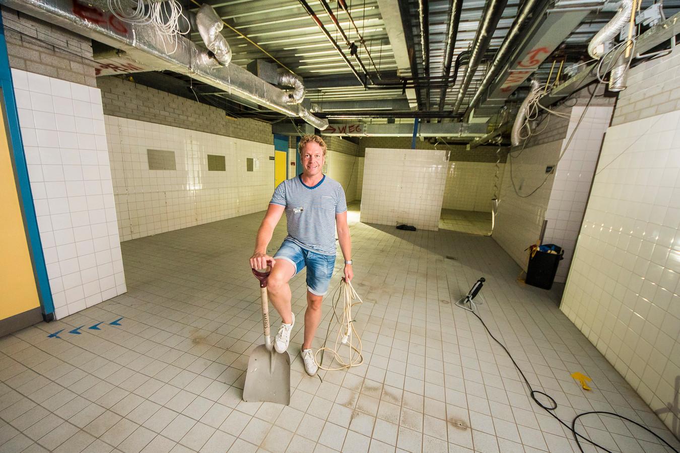 Vorig jaar werd het zwembad flink opgeknapt. Hier staat Tom ter Bruggen in een nog te renoveren kleedkamer.