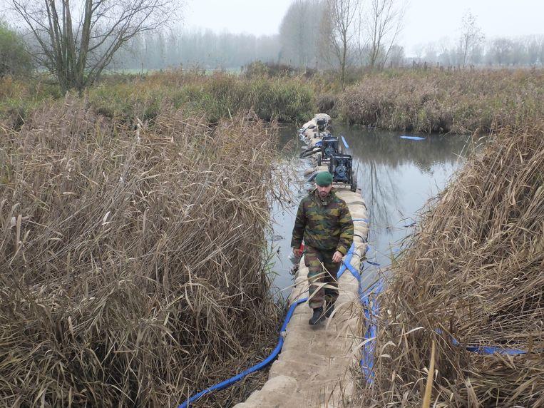 In de nacht van maandag op dinsdag bouwden zo'n 25 militairen een dam in de oude Leiearm in Astene om het overstromingsgebied in te dijken.