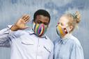 De kleurige mondkapjes bedekken ook je neus.