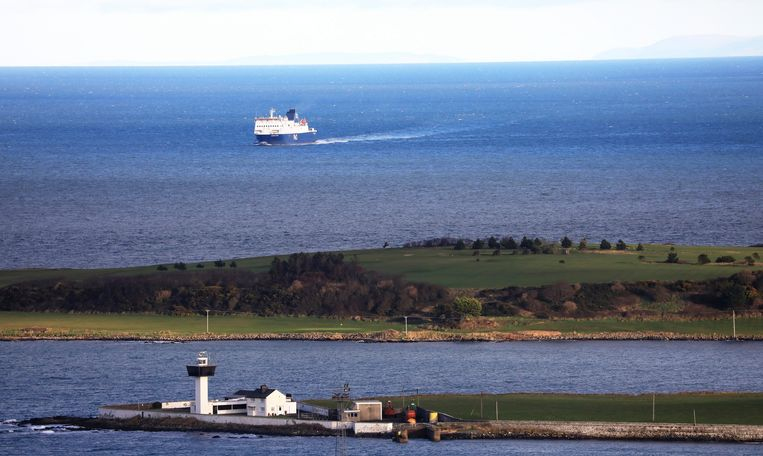De ferry voor de kust van Noord-Ierland. Beeld AP