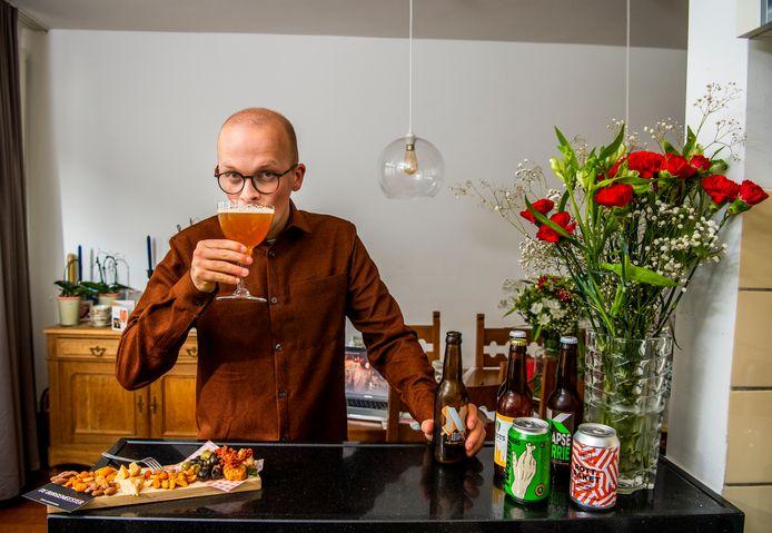 Verslaggever Lex Bezemer staat thuis 'aan de toog' met de Rotterdamse craftbiertjes uit het pakket van De Burgemeester.
