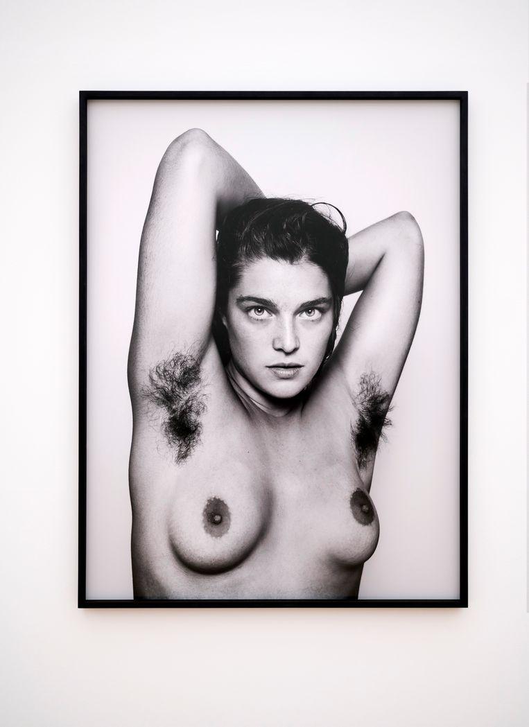'De Puy is in de tentoonstelling de jongste kunstenaar. Zij laat goed zien hoe je kunst maakt van fotografie. De foto van Elise met haar wonderschone ogen is indringend. De manier waarop De Puy haar op de foto heeft gezet, de snelheid waarmee het is gebeurd, het streelt onmiddellijk het oog. En niet omdat de dame boven naakt is, maar omdat het een goed beeld is.' Beeld Robin de Puy - Elise; NYC (2014), foto: Els Zweerink