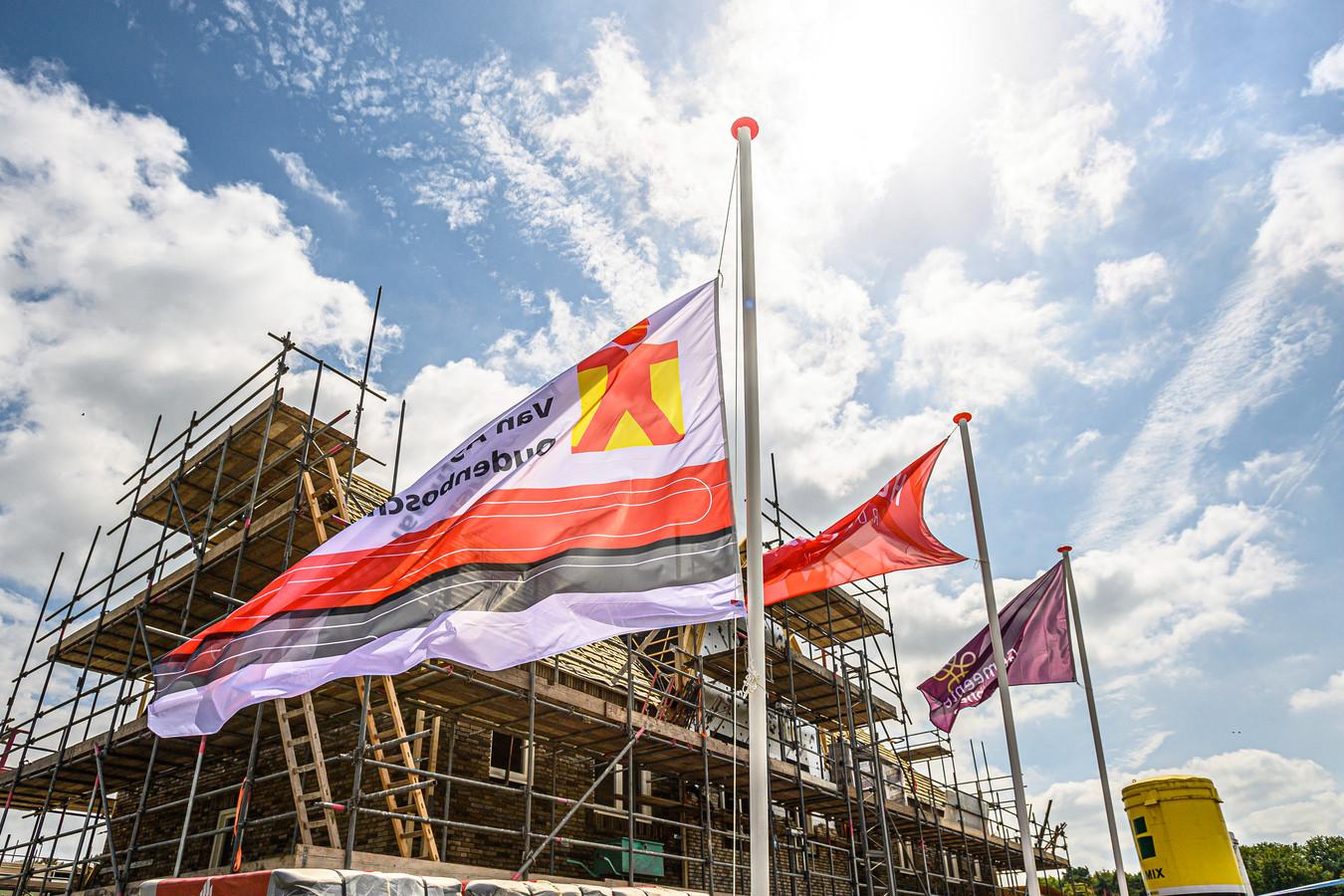 In 2010 vonden in het gemeentehuis de eerst gesprekken over nieuwbouwplan Hofstede plaats. Nu is het hoogste punt van de bouw in Rucphen bereikt.