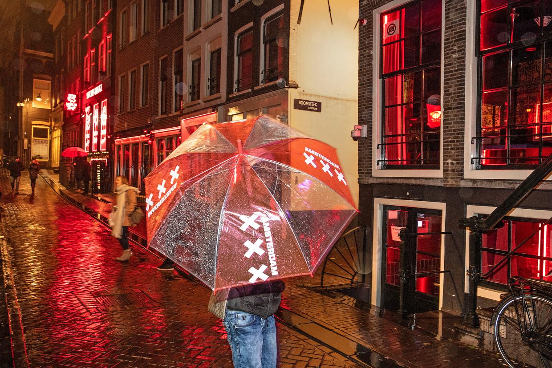 Het pand van 'gemeentelijk bordeel' My Red Light op de Oudezijds Achterburgwal, naast de Boomsteeg, in Amsterdam. Beeld Guus Dubbelman / de Volkskrant