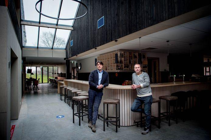 Het vernieuwde dorpshuis De Hucht in Alphen met voor het eerst zicht op de dijk. Het zwarte hout is hergebruikt, het lichte hout is nieuw. Links architect Frank Marcus en naast hem dorpshuisbestuurder Roland van der Heijden.