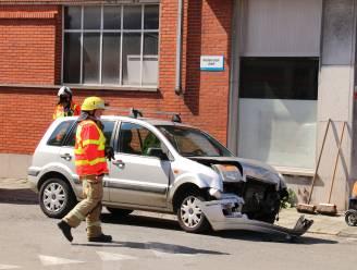Oudere man negeert voorrang en knalt in flank van Mercedes: bestuurder lichtgewond naar ziekenhuis gebracht