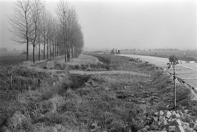 Aanleg van de Dorpenweg tussen Haren en Dennenburg. De weg moest veel veiliger worden, oordeelde de gemeenteraad van Ravenstein in 1977.