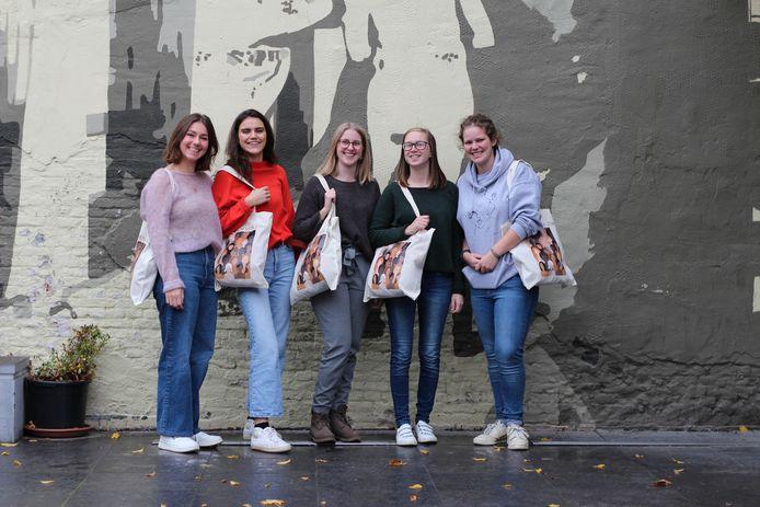 Clara, Lise, Inne, Lindsey en Emma maakten de expo 'Madammen van 2060'.