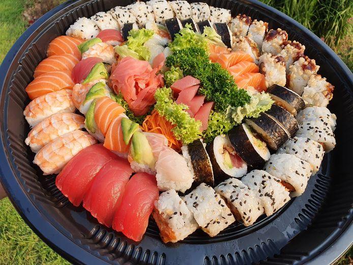 Genieten van de heerlijke sushi deden we buiten, in eigen tuin.
