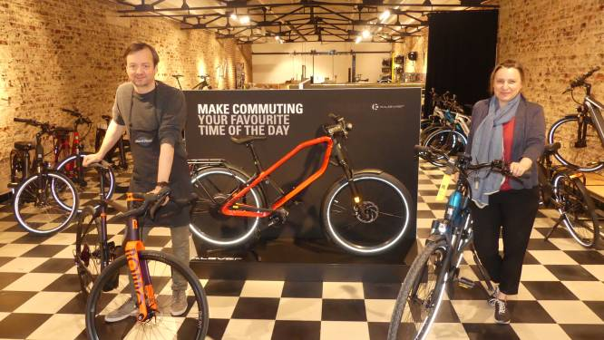 """Thomas (44) opent fietsenzaak in voormalige kunstgalerij: """"Begonnen in garage en blijven groeien"""""""