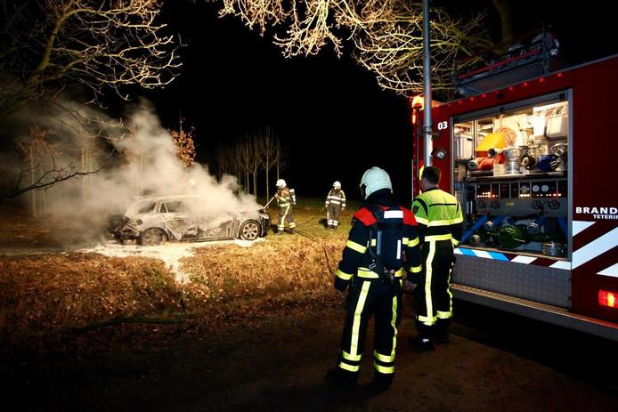 Auto uitgebrand in bosgebied Oosterhout. Het voertuig raakte zwaar beschadigd.